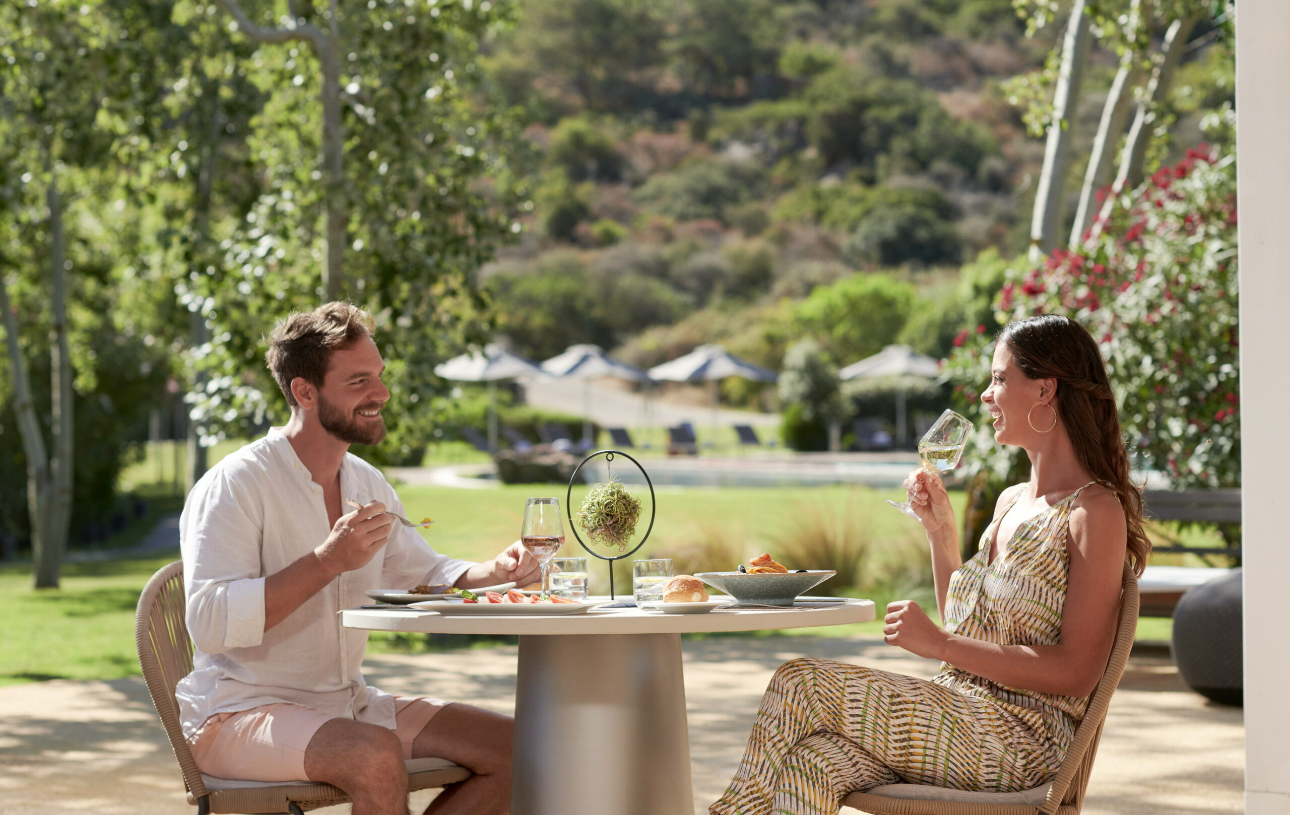 https://www.chialagunaresort.com/wp-content/uploads/2021/05/Baia-di-Chia-Resort-Sardinia_Il-Canneto-Bar_Lunch-Time_2-scaled.jpg