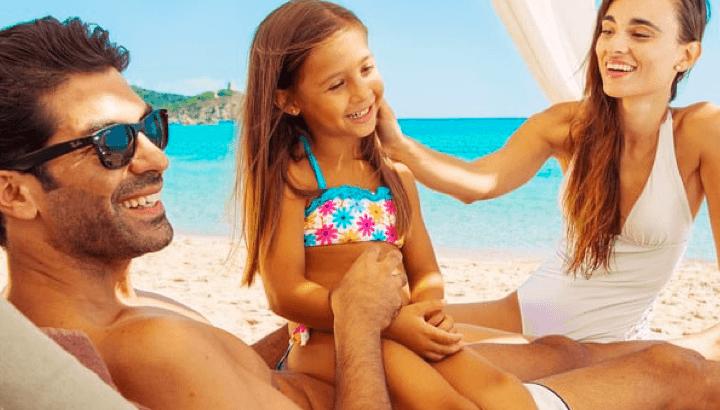 Famiglia su spiaggia di Chia Laguna Resort