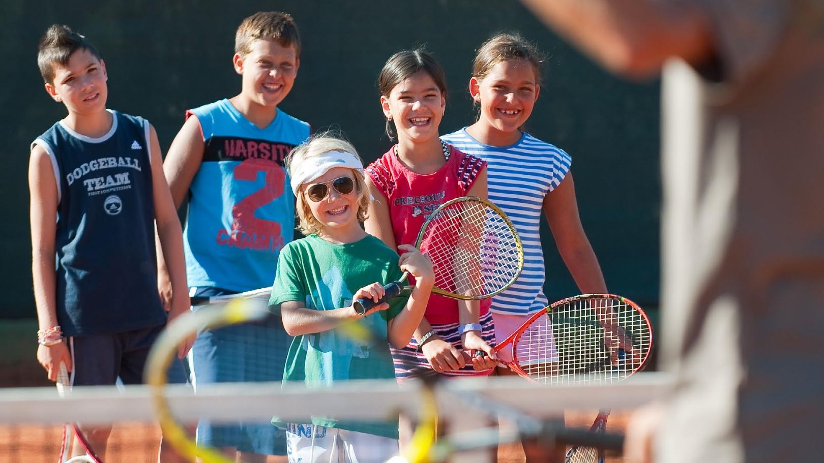 https://www.chialagunaresort.com/wp-content/uploads/2021/05/IHC_Chia-Laguna-Resort_grid_kids_tennis.jpg